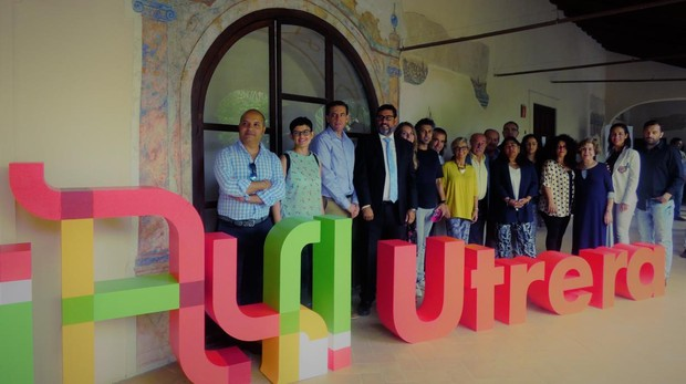 El alcalde de Utrera y el director de «Enclave Femenino» junto a colaboradores y artistas del evento