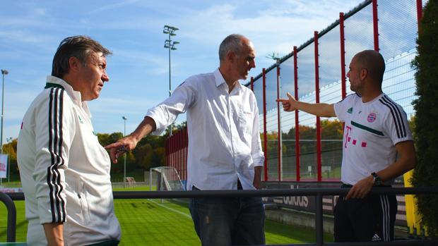 Martí Perarnau (centro), junto a Pep Guardiola (derecha) y Domènec Torrent (izquierda)
