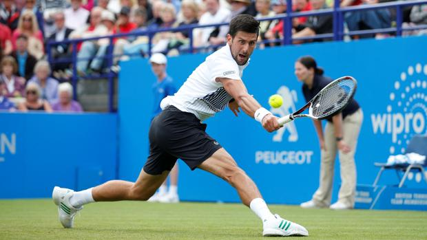Novak Djokovic durante un punto en Eastbourne.