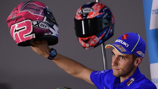 Áex Rins muestra el casco que llevará este fin de semana para concienciar sobre el cáncer de mama