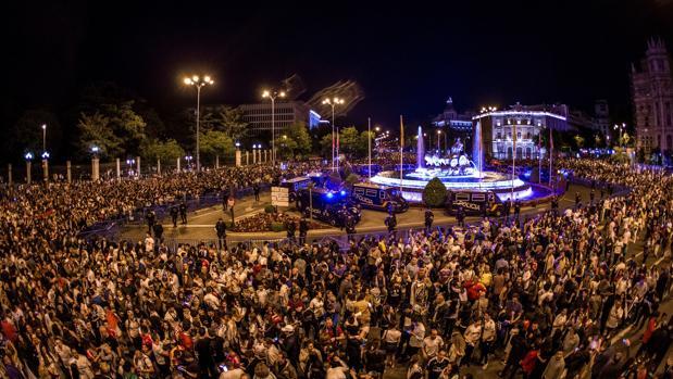 Miles de aficionados del Real Madrid se congregaron en la plaza de Cibeles momentos después de la consecución de la decimotercera Champions