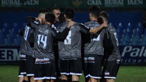 Los jugadores del Antequera celebran su gol en Linarejos