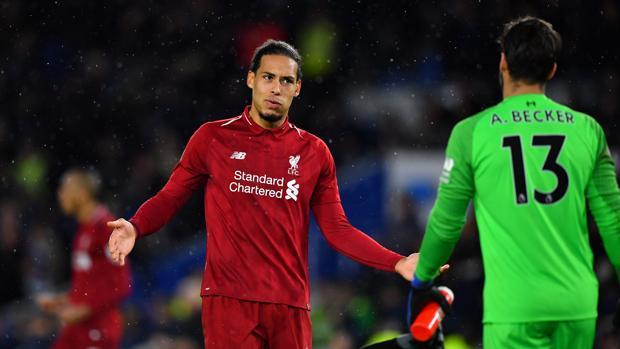 Van Dijk y Alisson celebran el triunfo que el Liverpool consiguió ayer frente al Brighton