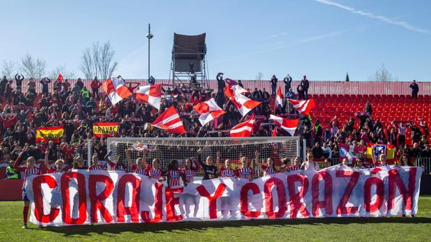 Las jugadoras rojiblancas celebran su triunfo en la Copa ante el Barcelona