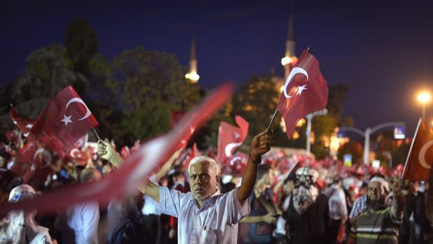 Manifestantes agitan banderas durante una protesta contra el fallido golpe de Estado