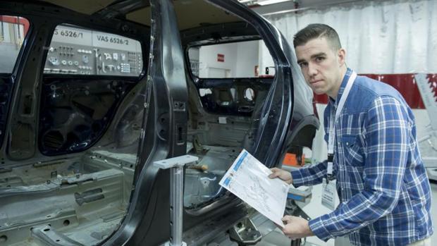David Díaz (28 años), uno de los alumnos de Talentia, en los talleres del Centro de Formación que Volkswagen tiene en Leganés (Madrid)
