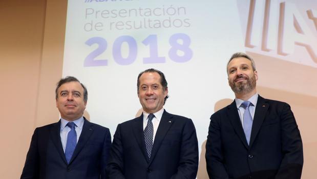 El presidente de Abanca, Juan Carlos Escotet (centro de la imagen), acompañado del consejero delegado, Francisco Botas (izquierda), y del director general financiero de la entidad, Alberto de Francisco (derecha),