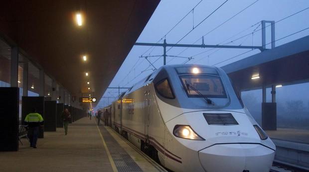 Tren de Renfe en una estación de Zamora
