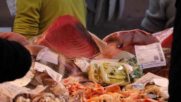 Pescado fresco en un mercado de abastos