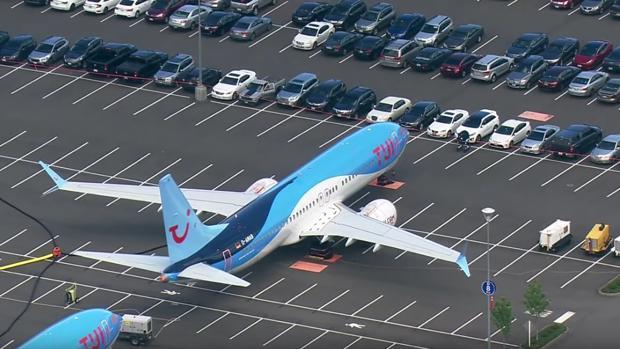 Un Boeing 737 MAX aparcado en el estacionamiento de la compañía en su fábrica de Renton