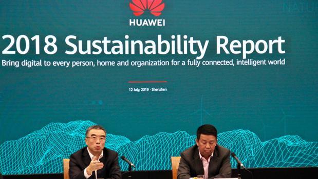 El presidente del consejo de administración de Huawei, Liang Hua (a la izquierda), y el del Comité de Desarrollo Sostenible, Kevin Tao, presentan su informe anual en la sede de Shenzhen