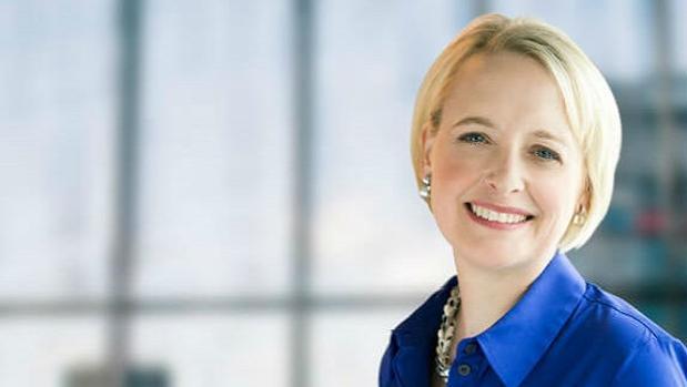Julie Sweet es graduada en Artes por la Claremont McKenna College y doctora en Derecho por la Columbia Law School