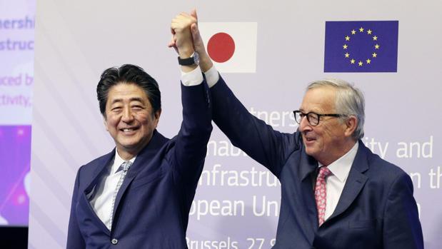 Shinzo Abe, primer ministro nipón, y Jean-Claude Juncker, presidente de la Comisión Europea, celebran el acuerdo