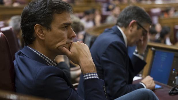 Pedro Sánchez, en una de sus últimas apariciones en el Congreso, junto a Patxi López