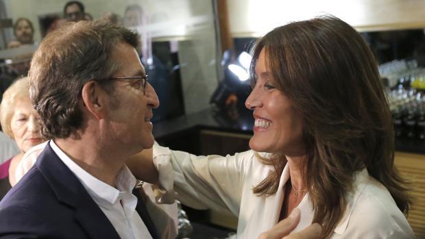 Feijóo y Eva Cárdenas se abrazan durante la celebración de la victoria del PP en las pasadas autonómicas