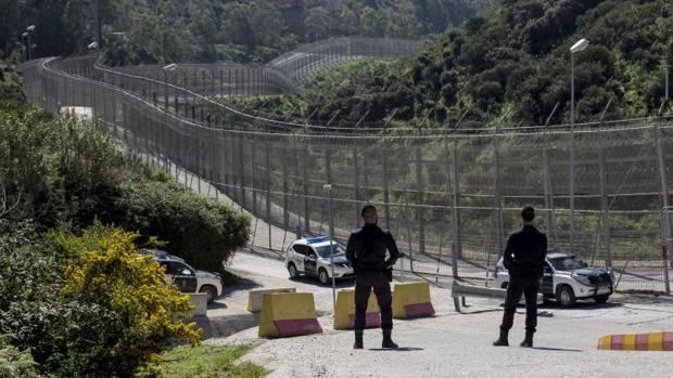 Dos Guardias Civiles GRS custodian la valla de Ceuta