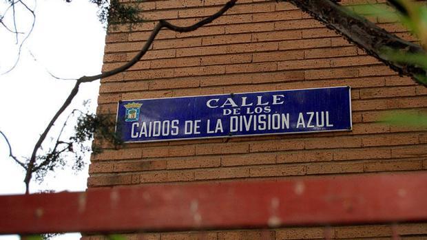 Una de las placas de la calle de los Cáidos de la División Azul, en el distrito de Chamartín