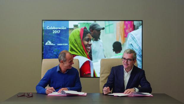 Joan Tubau y Pablo Isla firmando ayer el convenio