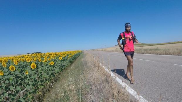 Emilio Sáez, profesor universitario de 52 años, tardó 36 días en completar los 940 kilómetros que separan Castellón de La Coruña