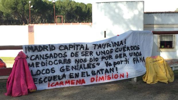 Uno de los carteles de protesta situados en las instalaciones de la Venta del Batán, donde estaba la escuela Marcial Lalanda