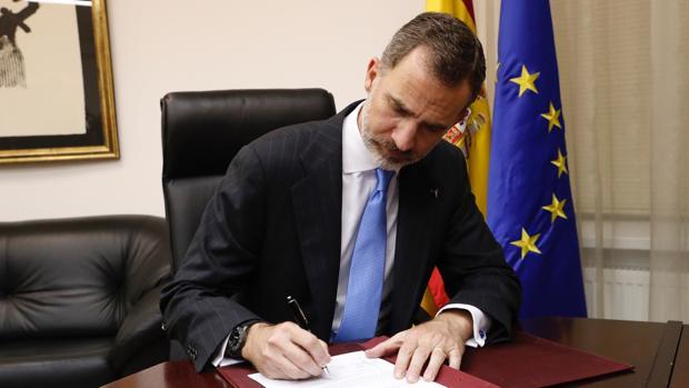 Don Felipe firmó en la Embajada de España en Astaná un Real Decreto el pasado 9 de junio