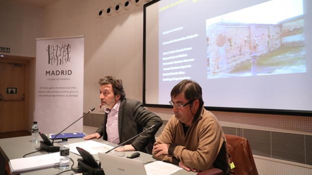 Mauricio Valiente, y el historiador Fernando Hernández durante la presentación del informe