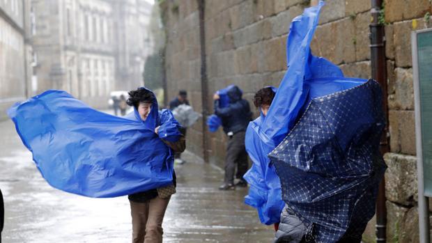 Peregrinos camino de la Plaza del Obradoiro, en la capital gallega