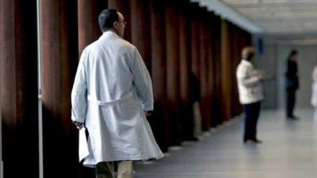 Médico en los pasillos de un hospital en una imagen de archivo