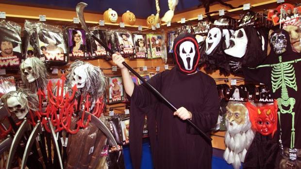 Máscaras de esqueletos en una tienda, en imagen de archivo