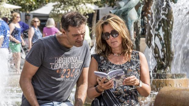 Imagen de dos turistas captada en el centro de Valencia