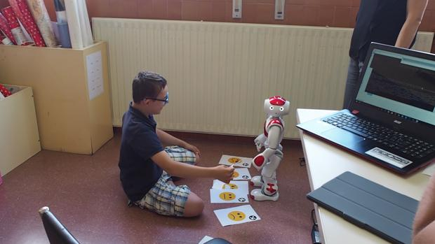 Un alumno trabaja con un robot en uno de los proyectos de nuevas tecnologías en los que participa Castilla y León