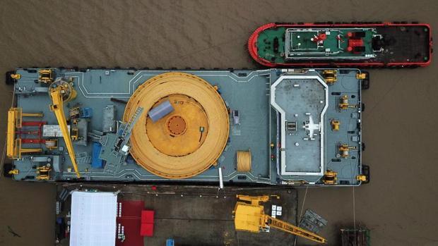 Plataforma marina de colocación de cable umbilical submarino para aguas profundas