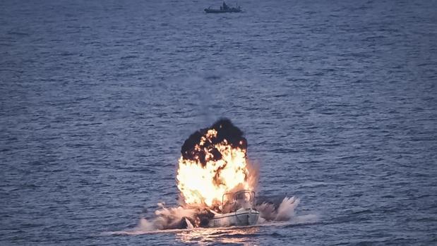 Momento de la destrucción del ballenero pirata en aguas somalíes