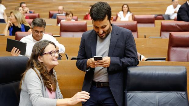 Vicent Marzà, conseller de Edución, y Mónica Oltra, en las Cortes Valencianas