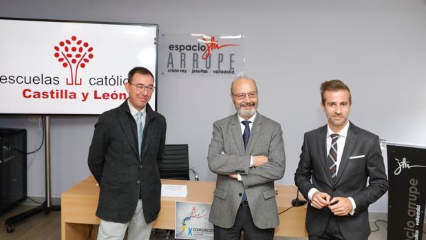 El secretario general de Escuelas Católicas, José María Alvira, junto con el representante autonómico Leandro Roldán y el director del instituto Cristo Rey de Valladolid