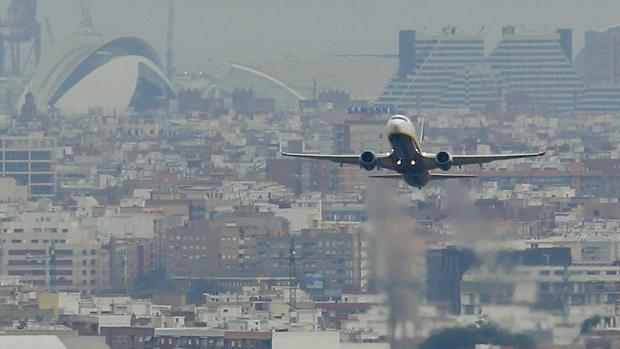 Imagen de un avión sobrevolando la ciudad de Valencia