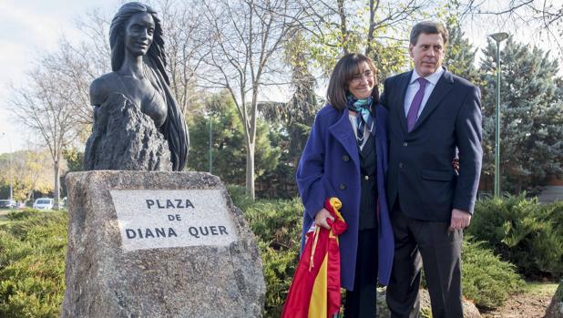 El monumento a Diana Quer; junto a él, su padre, Juan Carlos Quer, y la alcaldesa de Pozuelo
