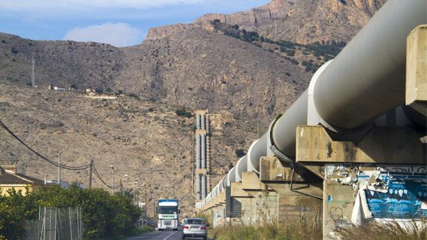 Imagen de la conducción del trasvase del Tajo al Segura al paso por Alicante