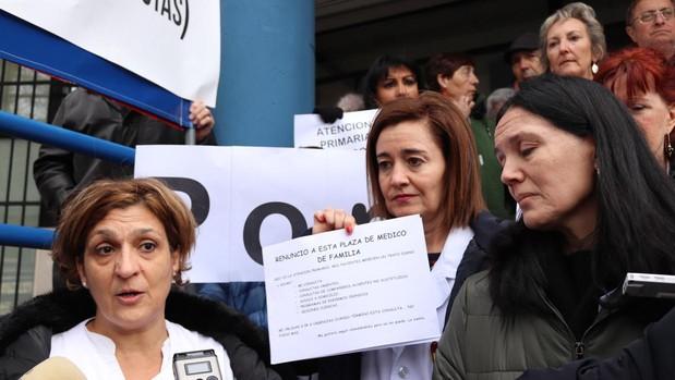 Nuria Adrián, durante la concentración en su centro de salud