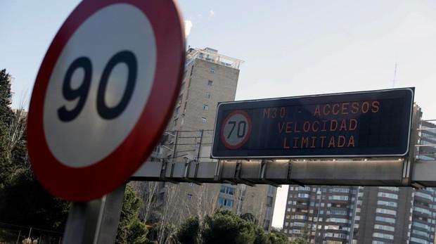 Panel informativo de la DGT avisando del límite de velocidad
