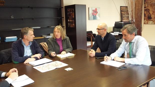 El alcalde de Madridejos, José Antonio Contreras, con la directora de Acuaes, Rosa Cobo