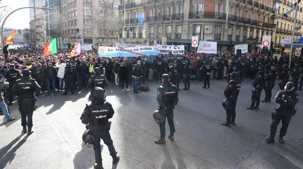 Protesta de los taxis ante la sede del PP