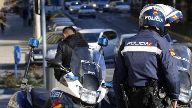 Agentes de la Policía Nacional de Alicante con un joven sospechoso
