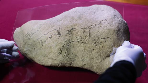 Detalle de la pieza hallada con una reproducción del grabado
