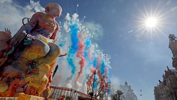 Un momento de la mascletà de este domingo en las Fallas de Valencia