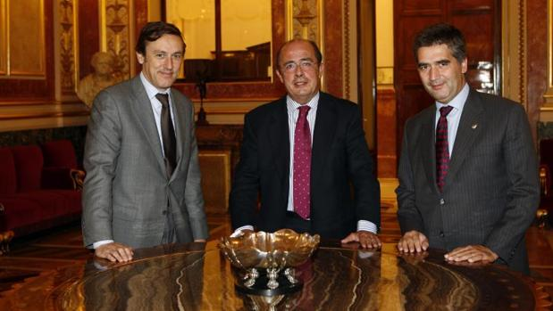 Ignacio Gil Lázaro, entre los también diputados populares Rafael Hernando e Ignacio Cosido