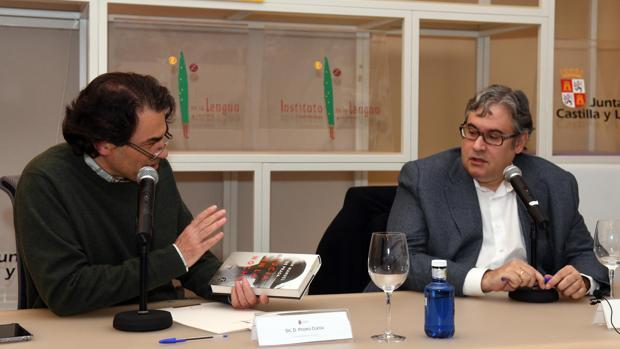 El escritor Juan Manuel de Prada, junto al profesor de literatura de la Universidad de Burgos (UBU), Pedro Ojeda