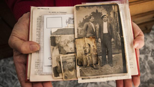 Biblia donde Julia Capilla guardaba las fotos de sus familiares, entre ellos su tío asesinado, Pablo Madrid