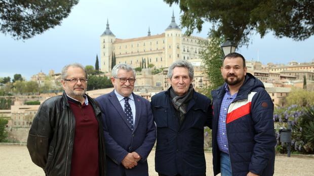Miguel Ríos, con el consejero de Cultura, Ángel Felpeto, y el director general de Juventud, Juan Ramón Amores
