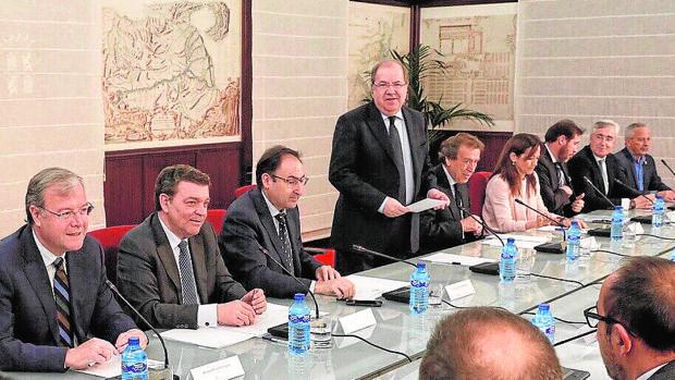 Juan Vicente Herrera presidió ayer en la Junta la constitución de la Conferencia de Alcaldes